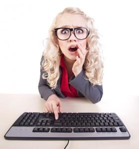 בלונדינית מול מחשב בהלם